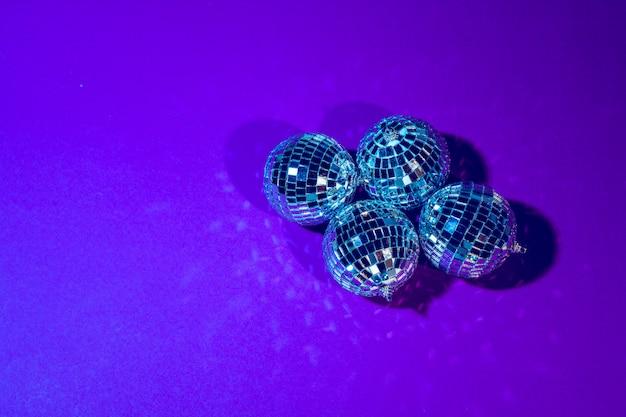Disco ball świeci na fioletowo z bliska