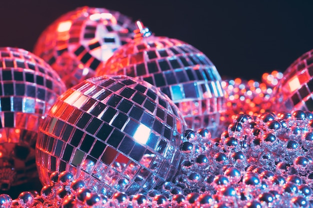 Disco lustrzane kule światła na czarnym tle