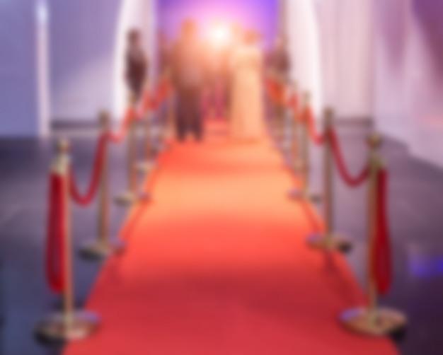 Disfocus czerwonego dywanu między barierami linowymi na imprezie sukcesu