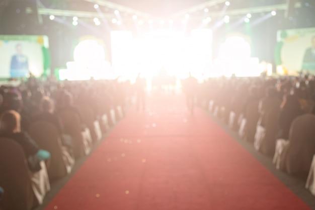 Disfocus czerwonego dywanu w kreatywnym temacie ceremonii wręczenia nagród. tło dla sukcesu koncepcji biznesowej
