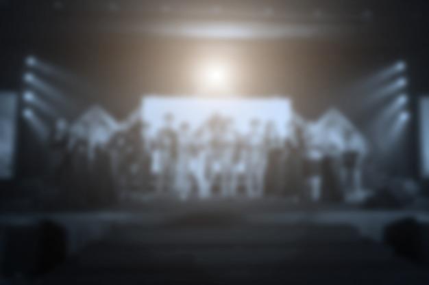 Disfocus ludzi sukcesu lub biznesmen na scenie z oświetleniem w ceremonii rozdania nagród biznesowych