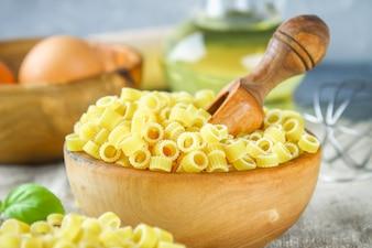 Ditalini macaroni. Pierścienie makaronu. Tubettini i naparstki Anellini