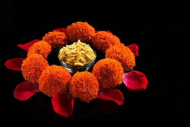 Diwali rangoli lub wzór wykonany przy użyciu indyjskich przekąsek, lampy i kwiatów