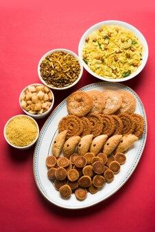 Diwali słodkie i słone przekąski lub artykuły spożywcze z maharashtra w indiach