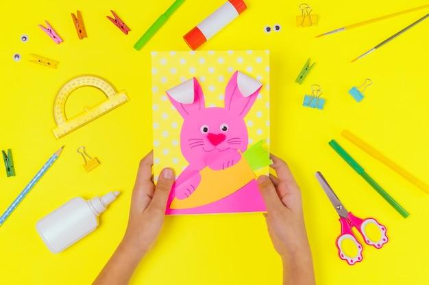 Diy i kreatywność dzieci. instrukcja krok po kroku: utwórz kartkę wielkanocną z zajączkiem i marchewką. ręcznie robione rękodzieło wielkanocne dla dzieci. widok z góry krok 1