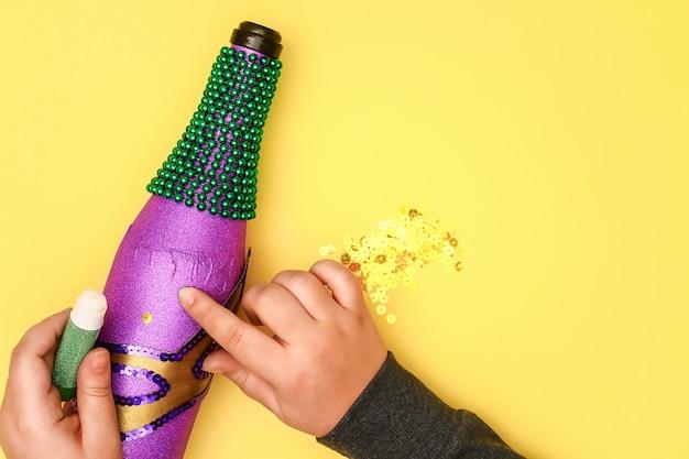 Diy mardi gras butelka z fioletowym papierem samoprzylepnym