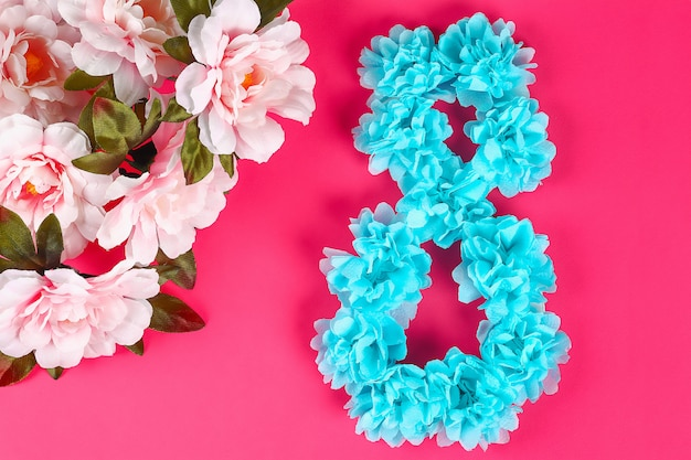 Diy osiem zrobił kartonu dekorującemu sztucznemu kwiatowi zrobił błękitny papierowego pieluchy różowego tło.