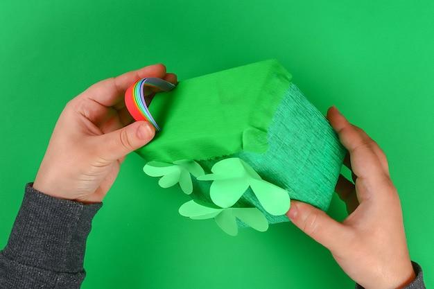 Diy tęczy kolorowego papieru, wata bawełniana chmura st patricks day zielone tło.