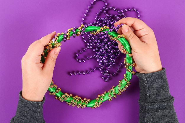 Diy wieniec mardi gras, fat tuesday purple background.