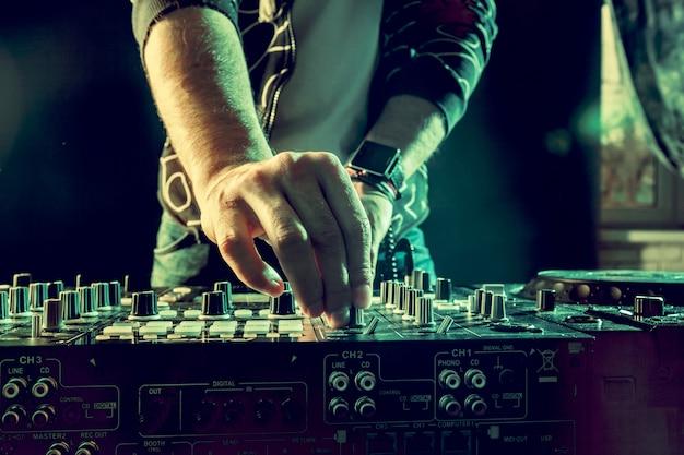 Dj bawić się muzykę przy melanżeru zbliżeniem