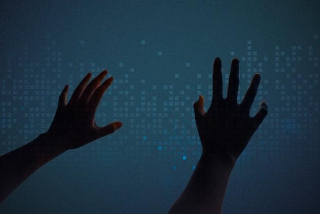 Dj regulujący głośność na interaktywnym ekranie