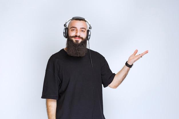 Dj z brodą w słuchawkach i przychodzący.