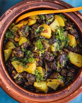 Djiz-byz tradycyjne danie wątróbka serca ziemniaków zielonych widok z góry