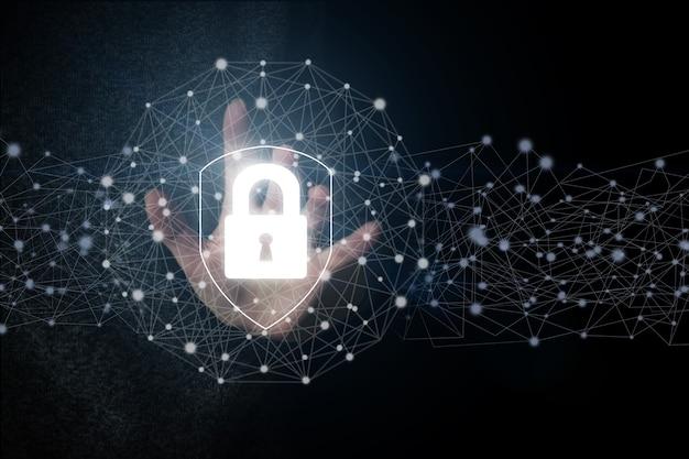 Dłoń dotykając ikonę ochrony tarczy, pojęcie bezpieczeństwa cybernetycznego twoich danych. ochrona