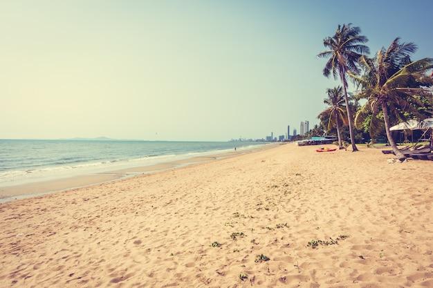 Dłoń drzewo na plaży