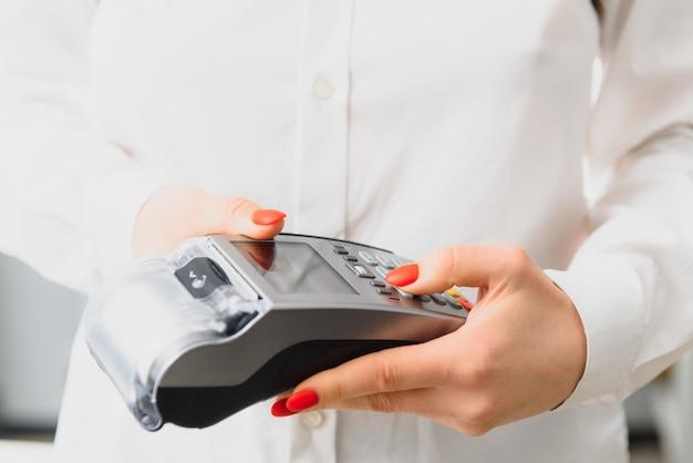 Dłoń i palce wprowadzane do szpilki z ręczną podkładką