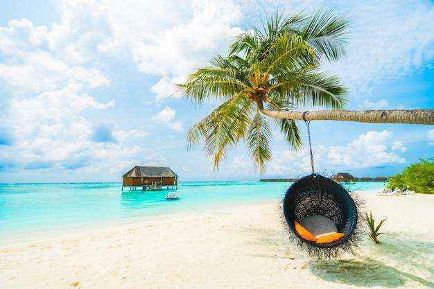 Dłoń luksusowych nieba bora karaibów