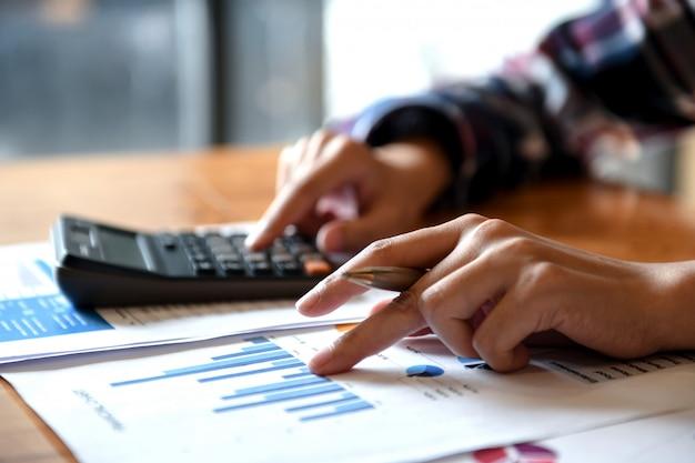 Dłoń trzymaj wskaźnik pióra na wykresie i drugą ręką naciśnij kalkulator.
