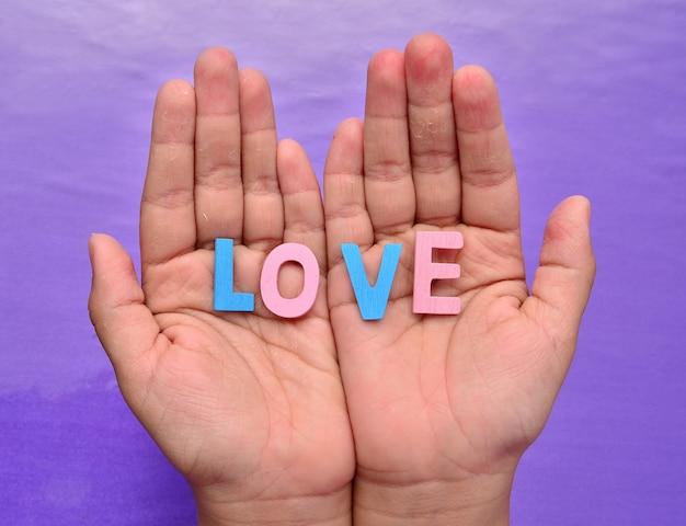 Dłoń trzymająca bloki literowe