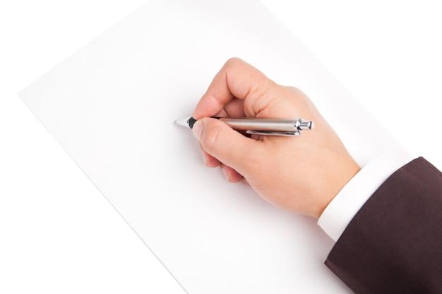 Dłoń trzymająca długopis na białym tle