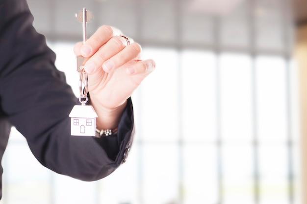 Dłoń trzymająca dom klucz