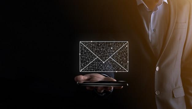 Dłoń trzymająca ikonę e-mail, skontaktuj się z nami poprzez newsletter e-mail i chroń swoje dane osobowe