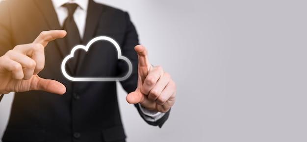 Dłoń trzymająca ikonę sieci cloud computing i informacje o połączeniu danych w ręku. koncepcja cloud computing i technologia.