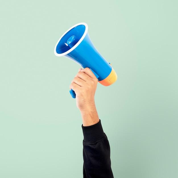 Dłoń trzymająca kampanię marketingową z megafonem
