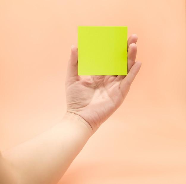 Dłoń trzymająca kawałki papieru