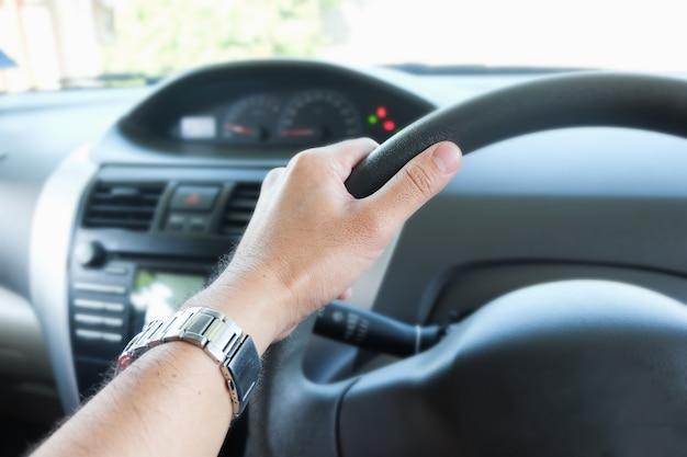 Dłoń trzymająca kierownicę