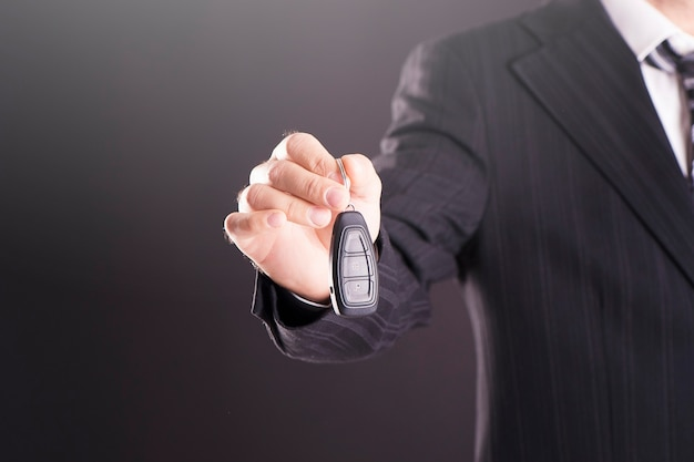 Dłoń trzymająca kluczyki do samochodu i pilot do bezkluczykowego dostępu