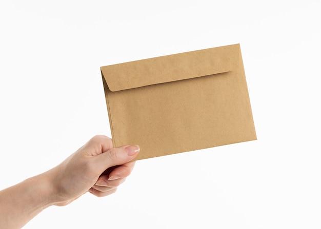 Dłoń trzymająca kopertę