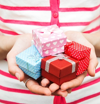 Dłoń trzymająca małe prezenty