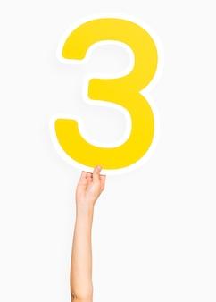Dłoń trzymająca numer 3
