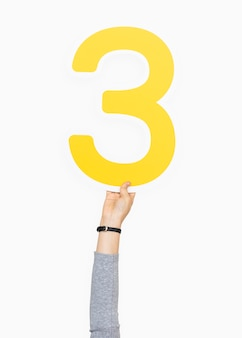 Dłoń trzymająca numer trzy znak