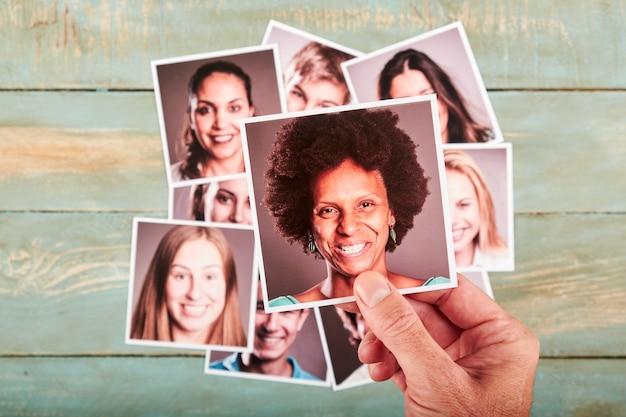 Dłoń trzymająca portret fotograficzny. koncepcja rekrutacji. selektywna ostrość.
