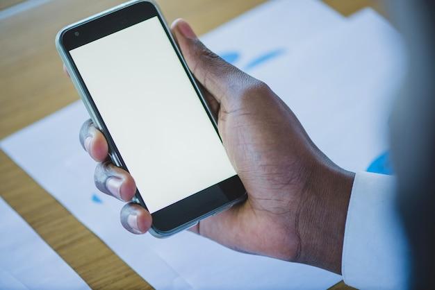 Dłoń trzymająca smartphone