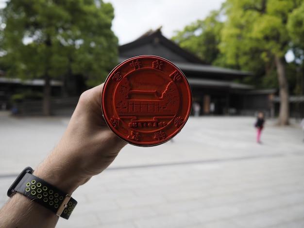 Dłoń trzymająca stempel świątyni w tokio w japonii.