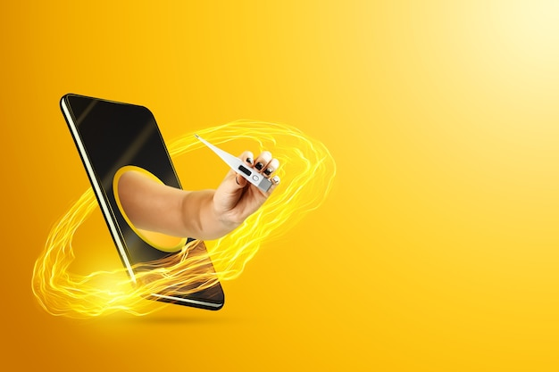 Dłoń trzymająca termometr za pośrednictwem smartfona