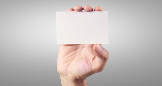 Dłoń trzymająca wirtualną kartę ze swoim. odosobniony