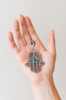 Dłoń trzymająca wisiorek hamsa