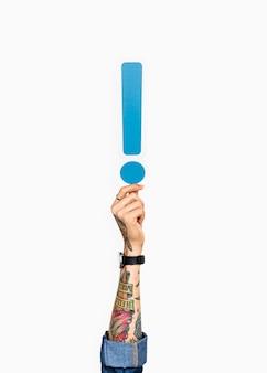 Dłoń trzymająca wykrzyknik
