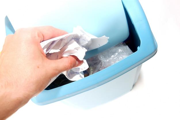 Dłoń trzymająca złamaną papieru