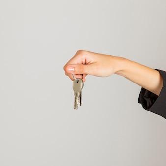 Dłoni oferujące klucze