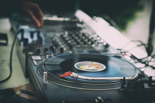 Dłonie i gramofon dj'a