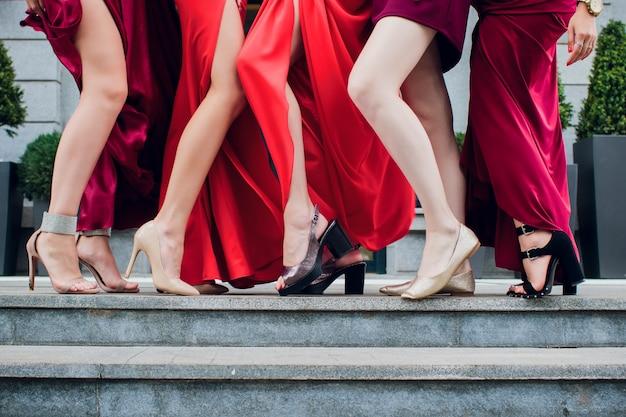 Dłonie i stopy kobiet na obcasach uniosły prawą nogę
