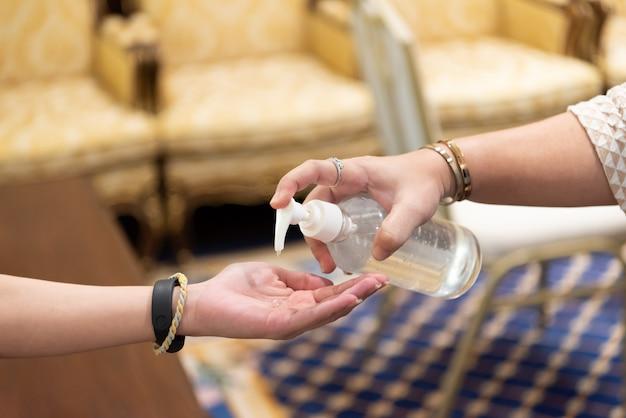 Dłonie nakładające żel higieniczny