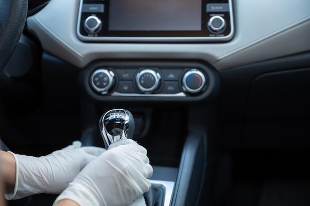 Dłonie w rękawiczkach do czyszczenia samochodu