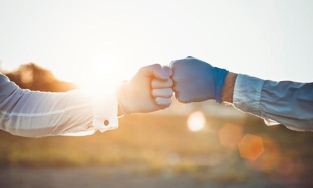 Dłonie w rękawiczkach z pięściami
