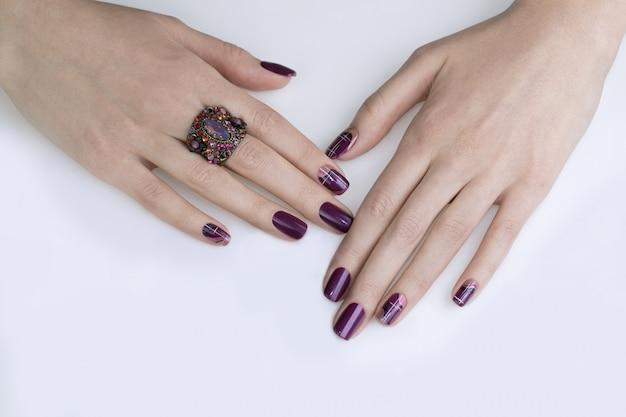 Dłonie z ciemnymi paznokciami